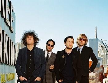"""Οι The Killers στο αγαπημένο """"Somebody Told Me"""" όπου ήταν και τοπρώτο τους single από το 2004 (από το album """"Hot Fuss""""). Έγινεαμέσως επιτυχία και πήρε υποψηφιότητα στα Grammy Awards του2005."""