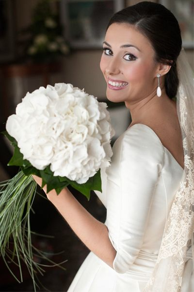 Ramo nupcial  El ramo y la decoración floral tuvieron la hortensia, flor favorita de la novia, como protagonista.