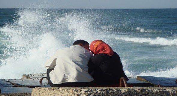 Hukum Bermesraan Saat Berpuasa AkuIslam.Id - Dalam bulan Ramadan hubungan suami-istri harus tetap terjaga agar selalu harmonis dan menunjang terjalinnya keluarga sakinah mawadah warahmah. Bolehkan suami-istri saling peluk cium saat puasa demi keharmonisan rumah tangga?  Ilustrasi Pasangan Suami Istri Bermesraan Di Kala Puasa ( Foto@U-Report )  Dalam perspektif fiqih formal (hukum) inti puasa itu adalah pengendalian nafsu makan / minum (nafsu perut) dan nafsu seks (nafsu bawah perut). Karena…