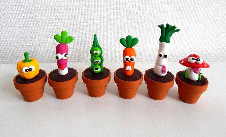 Fruits et légumes décoratifs en pâte polymère Fimo pour décorer la maison, la cuisine, la véranda.. Un poivron, un radis, des petits pois, une carotte, un poireau, un champignon, et encore plein d'autres fruits et légumes en pâte polymère, dispos sur la boutique en ligne, ici : https://www.alittlemarket.com/accessoires-de-maison/fr_lot_de_trois_legumes_en_pot_objets_rigolos_de_decoration_insolite_decoration_rigolote_en_fimo_-19022671.html  #legumes #creationsfaitmain #ideedeco