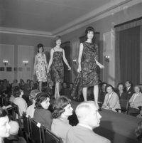 Marzec 1962, Warszawa, Polska<br>Modelki prezentują sukienki z kolekcji Mody Polskiej