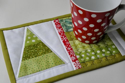 Scrappy tree mug rug plus tutorial. Would be a cute addition to a coffee/tea themed Yule gift basket #mugrug