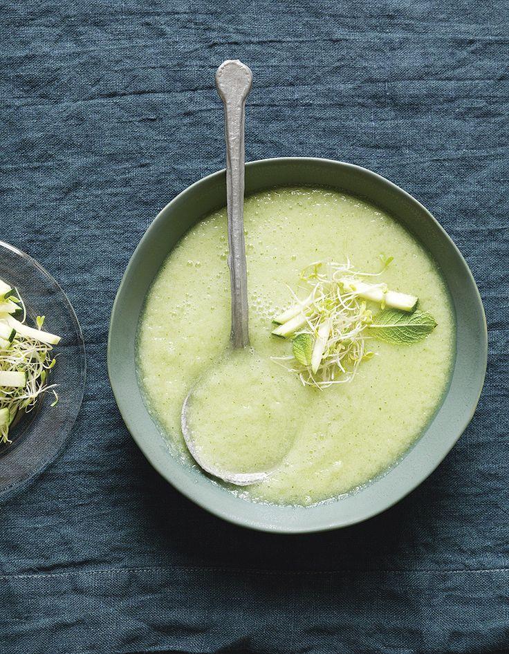 Recette Soupe froide originale concombre, pommes et wasabi : Epluchez et épépinez 2 pommes. Passez-les au blender avec les concombres, assaisonnez à votre go...