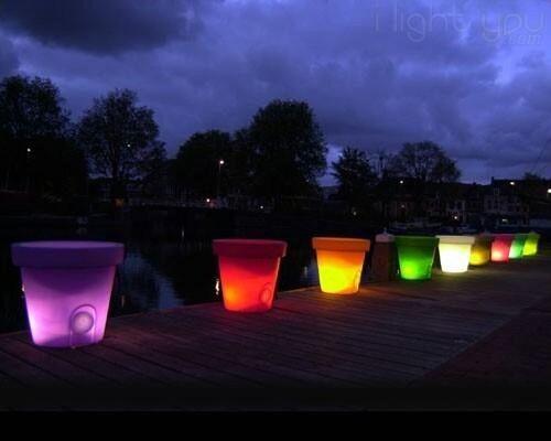 Pour illuminer votre intérieur ou votre extérieur, voici le pot de fleur lumineux Bloom pour mettre du design ! Qu'en dites-vous ? #design #decointerieure #decoexterieure #jardin #blacon #pot #fleurs #couleurs #illuminer #PotLumineuxBloom  #decolumineuse #original #nouveau #eclatdeverre Venez les retrouver sur notre site en cliquant sur le lien dans notre bio ou par ici => https://shop.eclatdeverre.com/fr/deco-lumineuse/26845-pot-lumineux-bloom-40cm.html