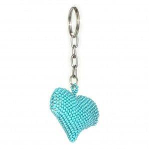 Imponerande #nyckelring – ett #turkost #hjärta av flätade, vävda högglansiga pärlor. Gör din nyckelknippa till en glad påminnelse om kärlek. Tillverkad för hand i #Guatemala.