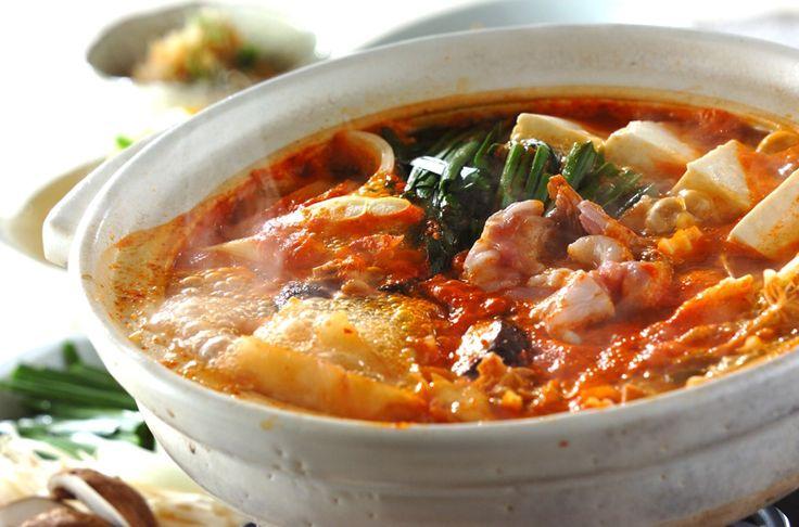 締めはラーメンでガッツリと! キムチの辛さは食欲をそそります!みそキムチ鍋[エスニック料理/煮もの]2013.11.11公開のレシピです。