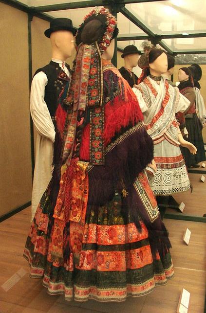 Costume de femme de Sarköz (Hongrie) Costume traditionnel d'une femme de la région de Sarköz, à la fin du 19è siècle (Decs, Tolna)Costumes du musée d'ethnographie de Budapest