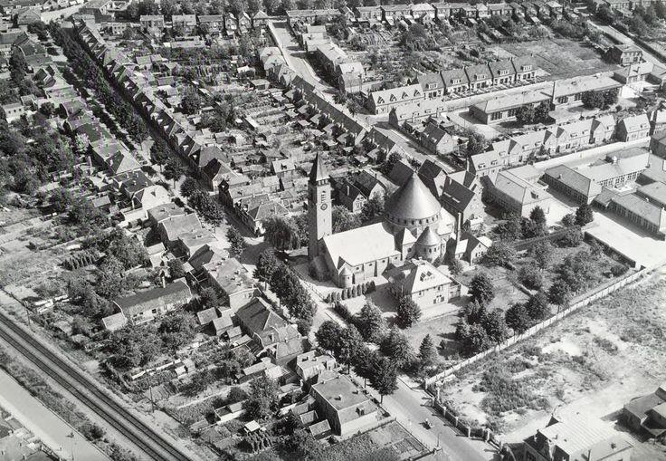 Een prachtige luchtfoto uit het archief van KLM Aerocarto. Weet je nog hoe je vroeger naar school fietste, naar de Egbertuskerk ging of aan vaders hand naar opa en oma wandelde?