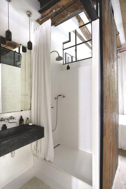 La salle de bains garde le cachet de l'appartement