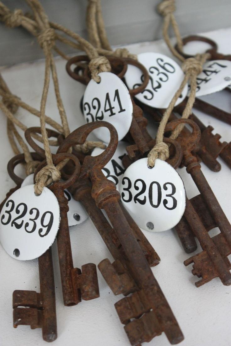 Brocante, décoration vintage, ancienne clef, plaques émaillées