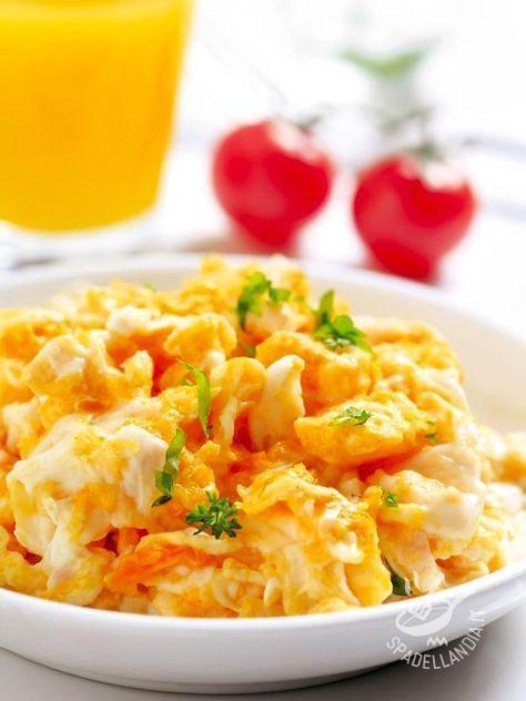 Un ottimo accompagnamento per queste Uova strapazzate ai cinque formaggi è un'insalata fresca di crudité: finocchi e carciofi, tagliati sottili. #uovastrapazzate #uovaaiformaggi