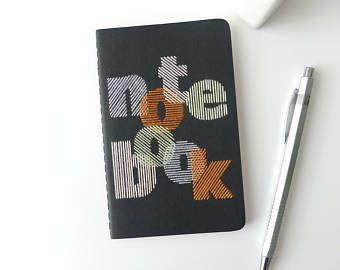 Carnet brodé main typographie notebook multicolore-cahier noir-notes-écriture-design graphique brodé-format poche-cadeau homme femme et ado