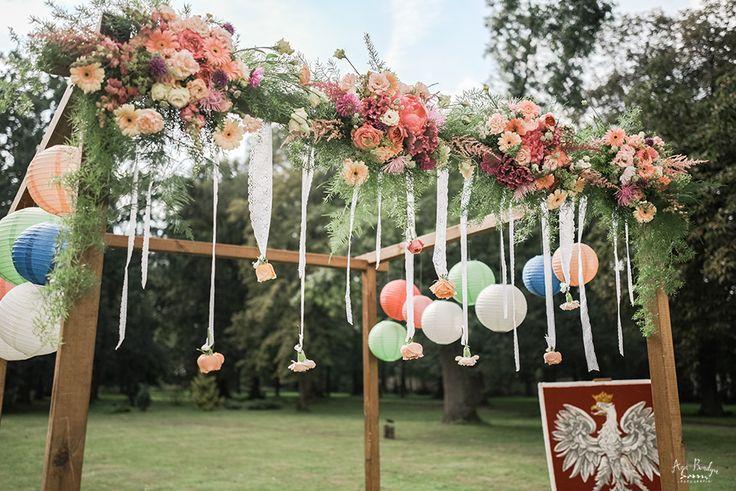INNA Studio_wedding / wedding in the outdoors / wedding at the court / bow of flowers / colorful flowers / summer wedding / ślub w plenerze / łuk kwiatowy / fot. Aga Bondyra Fotografia