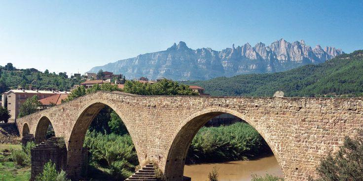 Puente sobre el Llobregat, con Montserrat al fondo.