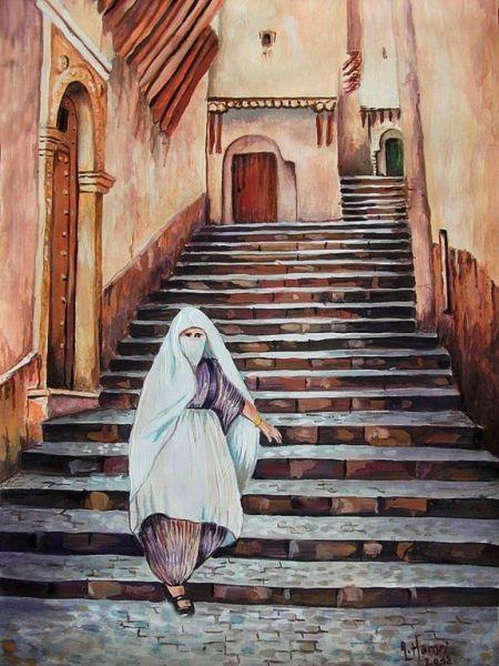 un magnifique tableau Algérien dont on voit une femme avec le voile blanc qui s'appelle en arabe lmalhfa et le haïk qui se dit aussi de le 3jar, qui marche dans les anciens quartiers algérois qui est connu de kassba .