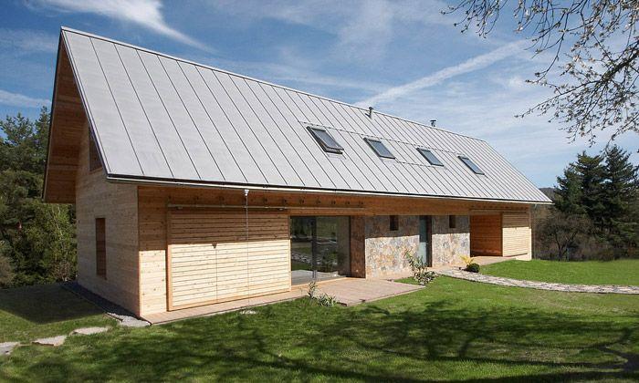 V chráněné krajinné oblasti Český ráj vyrostl nový moderní rodinný dvojdům od pražského studia Stempel & Tesar Architekti. Při navrhování přízemního objektu s obytným podkrovím vycházeli architekti z principů místní lidové architektury používající dřevo a kámen. ...