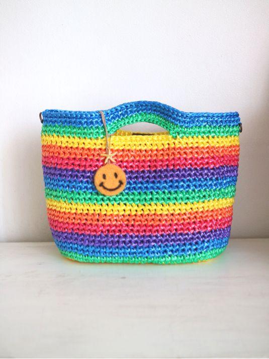 スズランテープで編みました横長タイプのbagですスズランテープのbagは水に強くとても軽いのが特徴ですまたレインボーカラーは鮮やかでワクワクした気分にさてくれるお色だと思います(^_^)これらお出かけが増える季節に便利なショルダータイプにいたしました容量...