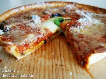 Tarta de berenjena y mozzarella. Ingredientes: 1 lámina de pasta quebrada, 1 bola de queso mozzarella, 1 berenjena, passata o salsa de tomate, queso parmesano rallado, aceite de oliva virgen extra y sal.