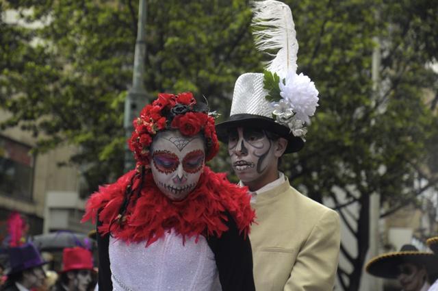 Comparsa de calaveras mexicanas, en el desfile del Festival Iberoamericano de Teatro. Foto: Natalia Gómez C. / EL TIEMPO