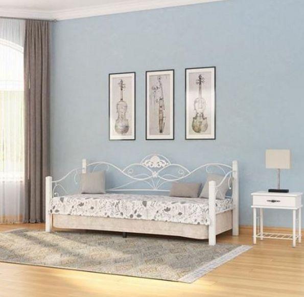 Сочетание лазурного и белого цветов придаст атмосфере спальни особое очарование, характерное для стиля прованс. Воздушная фигурная конструкция кровати усилит романтические нотки в настроении интерьера. На фото - кровать Garda 2R Софа, тумба Garda 2R, мебель в белом цвете.  https://ormatek.com/catalog/bed/kovanye-krovati/
