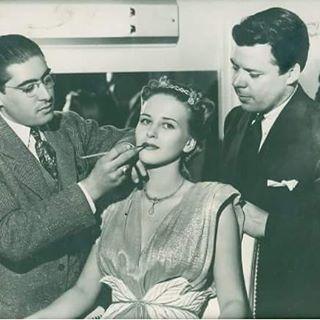 #nostalji #tbt #throwbackthursday  #Greyfree saç ve kaş maskarasının 1941 yılında James T. Giuliano tarafından Hollywood yıldızları için geliştirildiğini biliyor muydunuz? 1960'lı yıllarda erkeklerin saçlaınra rötuş yapmak için önce berber ve güzellik malzemeleri hedefiyle piyasaya sürüldü. O zaman GreyFree, yalnızca kahverengi, koyu kahverengi veya siyah renkte mevcuttu. Grey Free 2001'de James'in torunu David Giuliano tarafından kadınlar ve erkekler için, hem saç diplerine, hem kaşlara…
