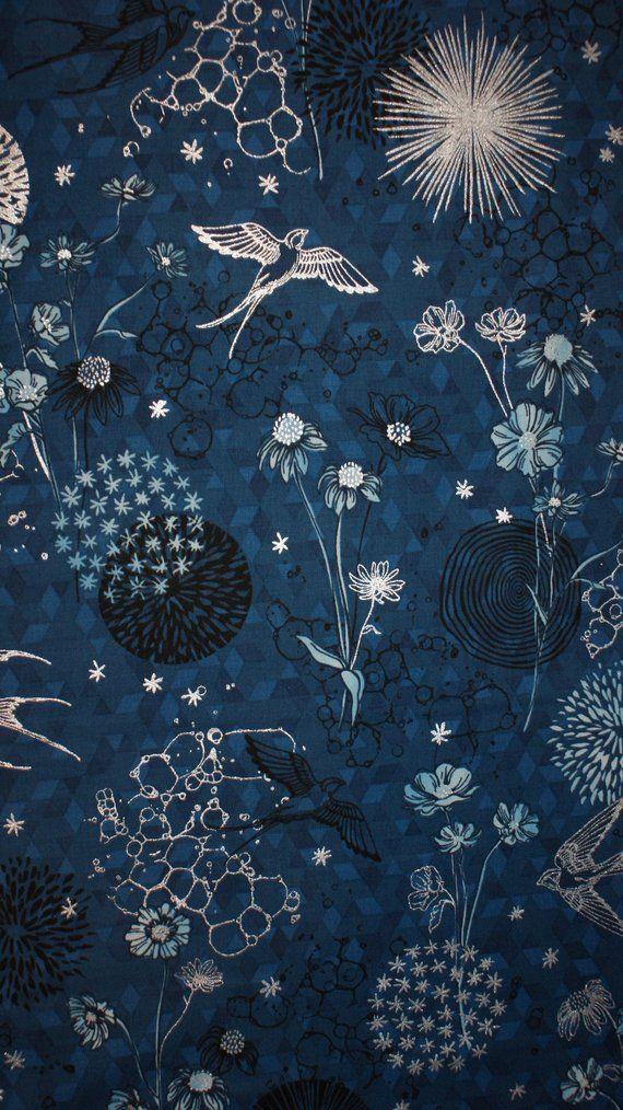 23cbc4ebb89bd Vogel - Blumen Baumwollstoff mit Silber Akzenten Wunderschöner Grundton  Heidelbeere (blau)