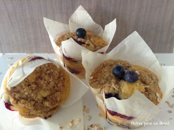 Unos deliciosos y muy sanos muffins de arándanos, coronados con crumble de avena que les aporta un toque crujiente increíble; una opción m...