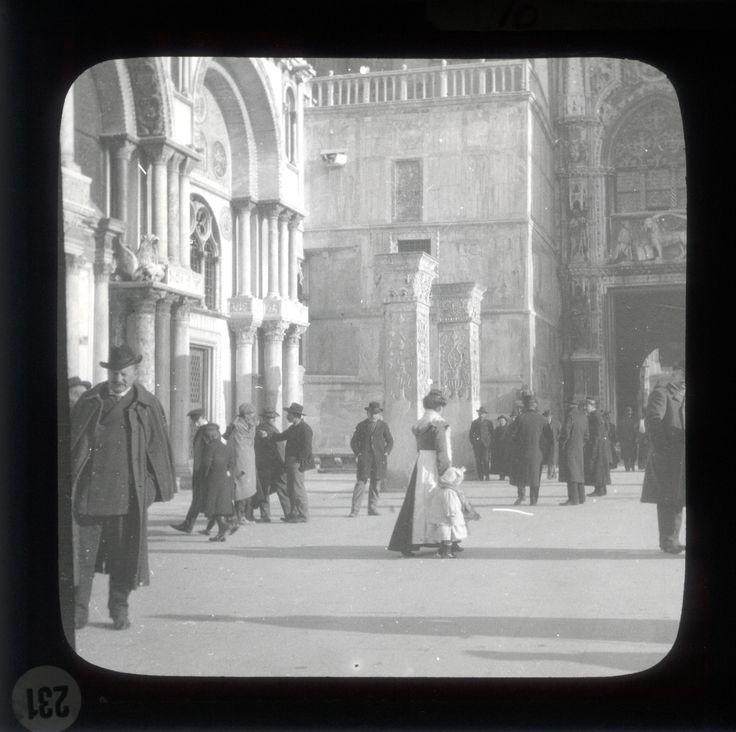 Venezia, metà donna, metà pesce, è una sirena che si disfà di una palude dell'Adriatico. Jean Cocteau, Il mio primo viaggio, 1937