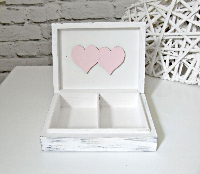 Bardzo romantyczne, oryginalne pudełeczko na ślubne obrączki w stylu shabby chic!  Dostępne w sklepie internetowym Madame Allure - zapraszamy!