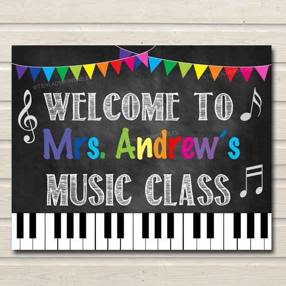 Música profesor aula muestra la puerta decoración de aula