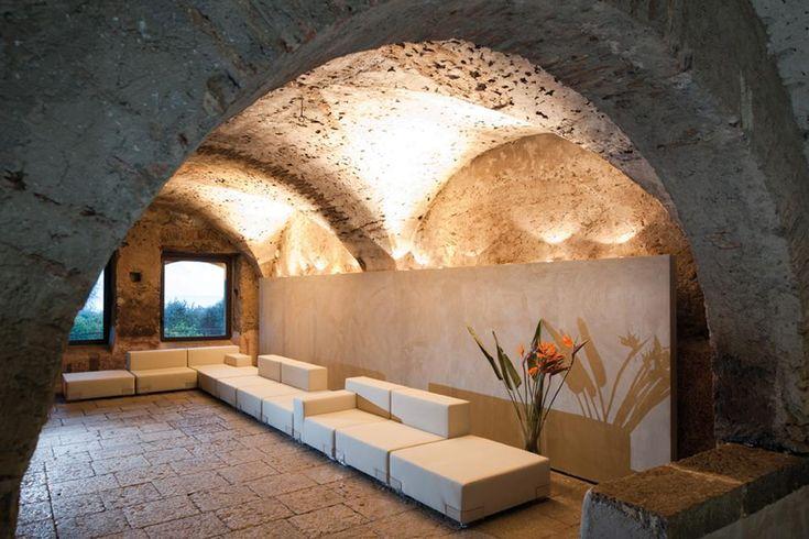 Negli spazi che in passato erano dedicati alla conservazione del vino sono styate ricavate tre stanze. I grandi contrasti tra le pareti rivestite in resina bianca e quelle preesistenti realizzate con pietra lavica mescolano passato e presente
