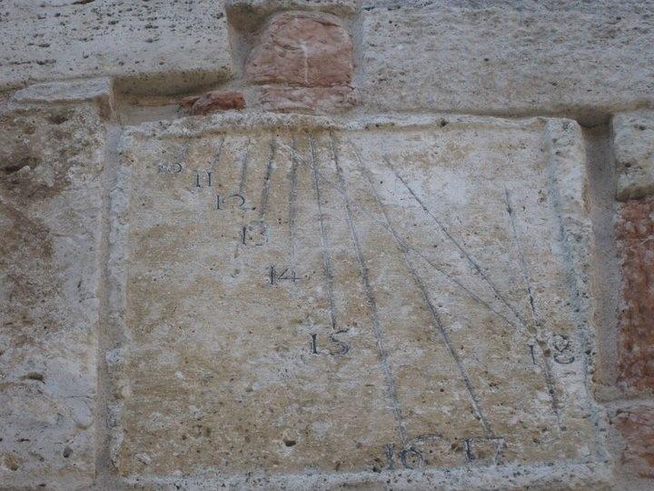 La torre comprende numerosi pezzi di riuso romani ed alto medioevali: fregi, iscrizioni, rocchi di colonna, architravi, sarcofagi, ecc. che sono casualmente incastonati nella torre.