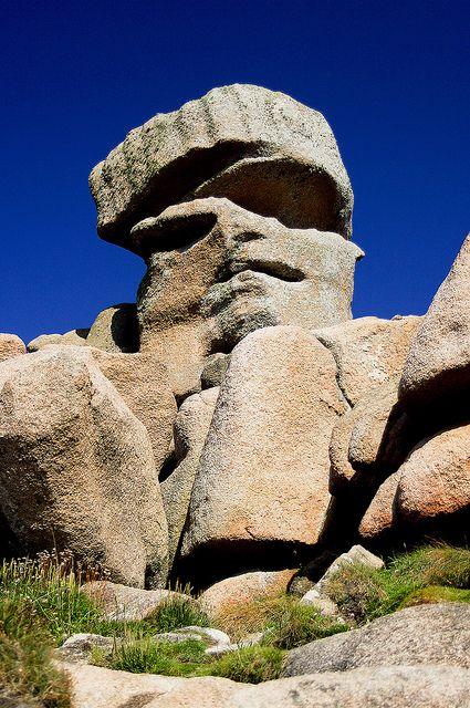 Le seigneur des pierres sur la côte de granit rose près de Ploumanac'h dans les Côtes d'Armor.