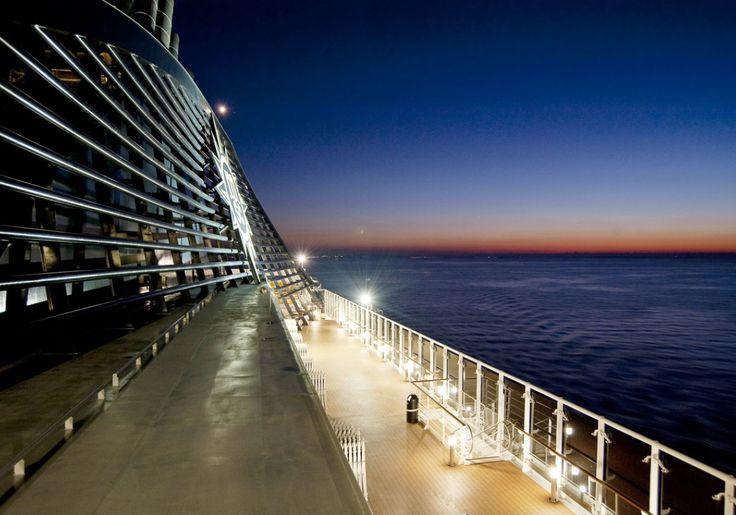 Czujecie ten niesamowity widok  ? Każdy by dużo oddał za chwilę na takim statku :P To możliwe podróżując do Genui :)  Zdjęcie pochodzi ze statku MSC Splendida. Trasa przepływu : Genua (Włochy), Marsylia (Francja), Barcelona (Hiszpania), Walencja (Hiszpania), La Goulette/Tunis (Tunezja), Civitavecchia/Rzym (Włochy), Genua (Włochy)
