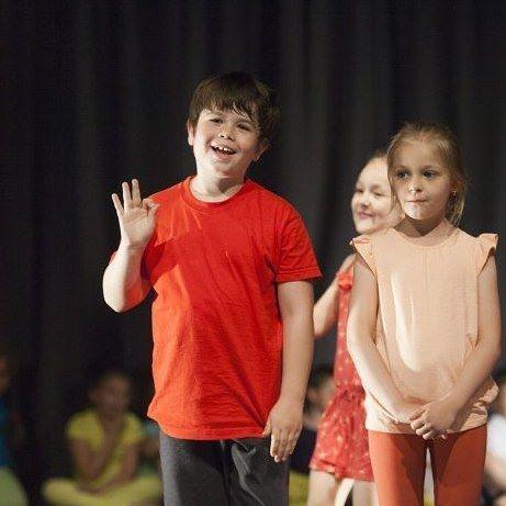 #ok 👌 Tak jest w Małym Teatrze Ruchu ☺  #mtr #kcc #encek #teatr #taniec #dladzieci #krakow #kidsinkrakow #kidsofig #children #small #theatre #movement #young #artist #red #color #smile #funny #happy #play #kulturakrk #krakowskakultura