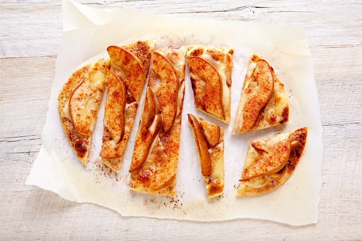 Tartes de pain naan aux poires et au fromage