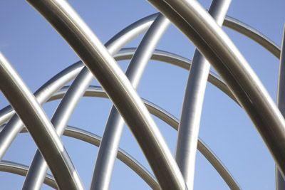 Hidraulikus hajlítógépekkel állítható elő a hajlított cső.  http://rozsdamenteskorlat.eu/hu/faq
