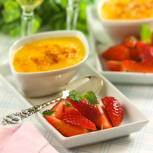 Crème brûlée med sauternesmarinerade jordgubbar  Krydda med kanel och kardemumma
