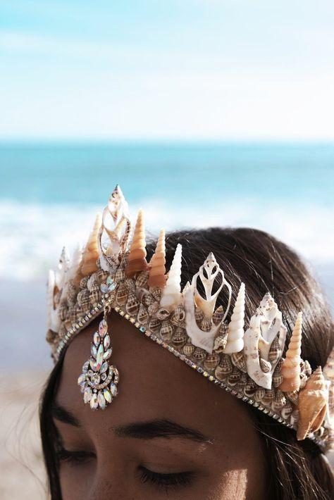 So lovely and a nice new take on mermaid crowns. Mermaid tiara/headdress!
