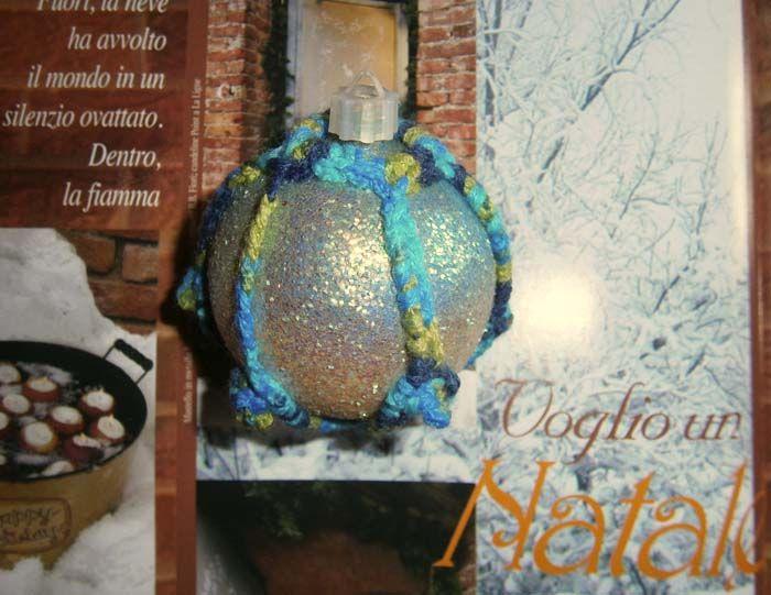 Pallina azzurra glitter e uncinetto mélange