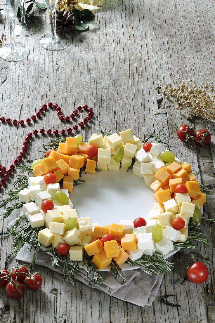 La corona de quesos con romero es una preparación muy lucidora para las fiestas navideñas. Tiene dos funciones, funciona como un bonito centro de mesa y como una rica botana.