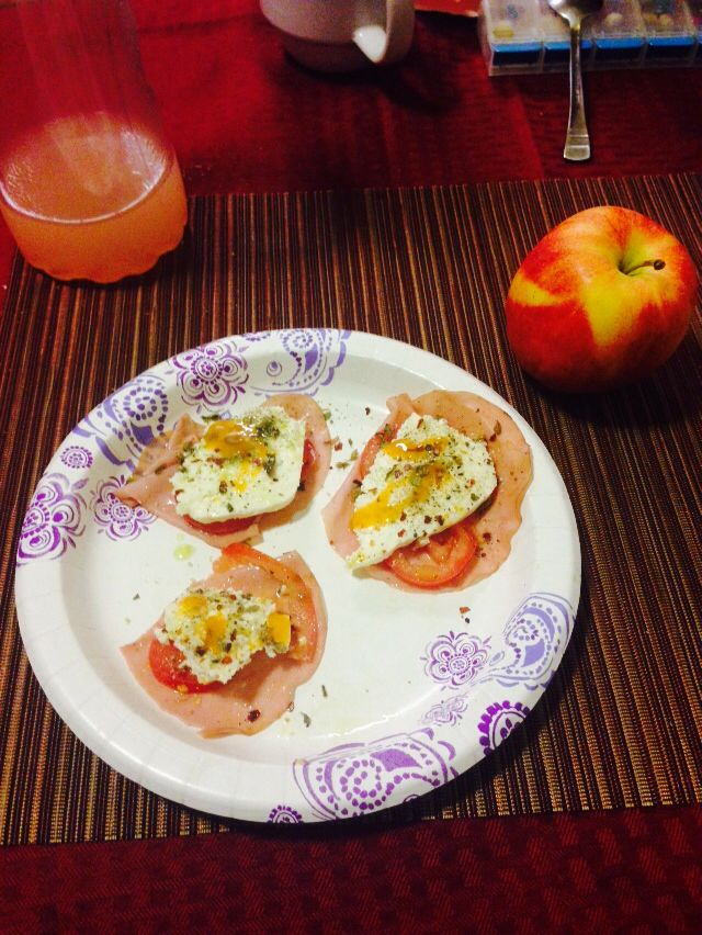 Diet day 2 !  Cena : jitomate, queso fresco, albaca, aceite de olivo y pimienta montados en una pieza de hamon de pavo