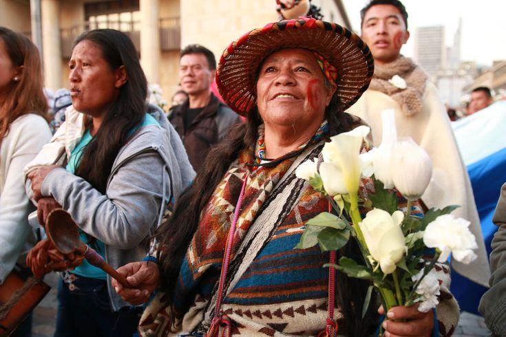 Esta vez no fueron banderas blancas sino flores las que acompañaron a los indígenas a marchar para pedir por un acuerdo ya
