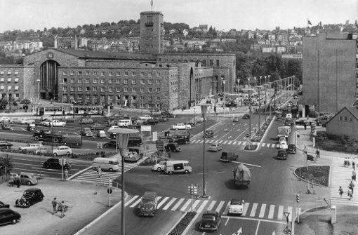 In den 1950er Jahren ist die Straßenbahn noch oberirdisch vor dem Stuttgarter Hauptbahnhof entlanggefahren. Das Foto hat uns das Stadtarchiv für die StZ-Geschichtswerkstatt Von Zeit zu Zeit zur Verfügung gestellt. Auch damals waren die Straßen rund um den Bahnhof eine wichtige Verkehrsachse dieser Stadt. Und über dem ganzen Trubel drehte sich auch damals schon der Daimler-Stern auf dem Bahnhofsturm. Foto: Stadtarchiv