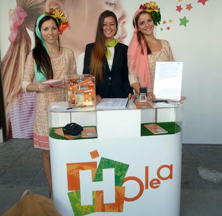 Las azafatas en el stand de la promoción 'Renueva tu armario' llevado a cabo en el Centro Comercial Holea.