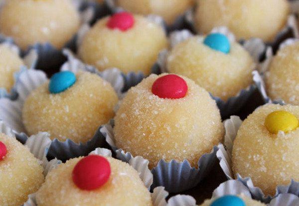 Doces para festas de criança. Troque os tradicionais cravos que enfeitam os beijinhos por confetes.