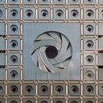Jean Nouvel. The Arab Institute in Paris has reactive apertures embedded in light sensitive facades. La fabrication des diaphragmes de l'Institut du Monde Arabe.