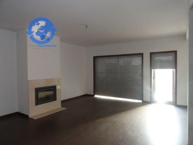 1 Suite, 3 quartos, 1wc completo e 1 wc de serviço, cozinha equipada, roupeiros embutidos, lareira com recuperador de calor, soalho flutuante, lavandaria, garagem para 2 carros.