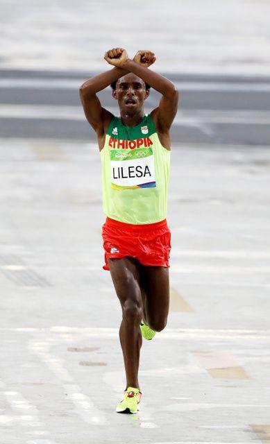 両手でバツ印、命がけの訴え 男子マラソン2位のリレサ - 2016リオオリンピック:朝日新聞デジタル