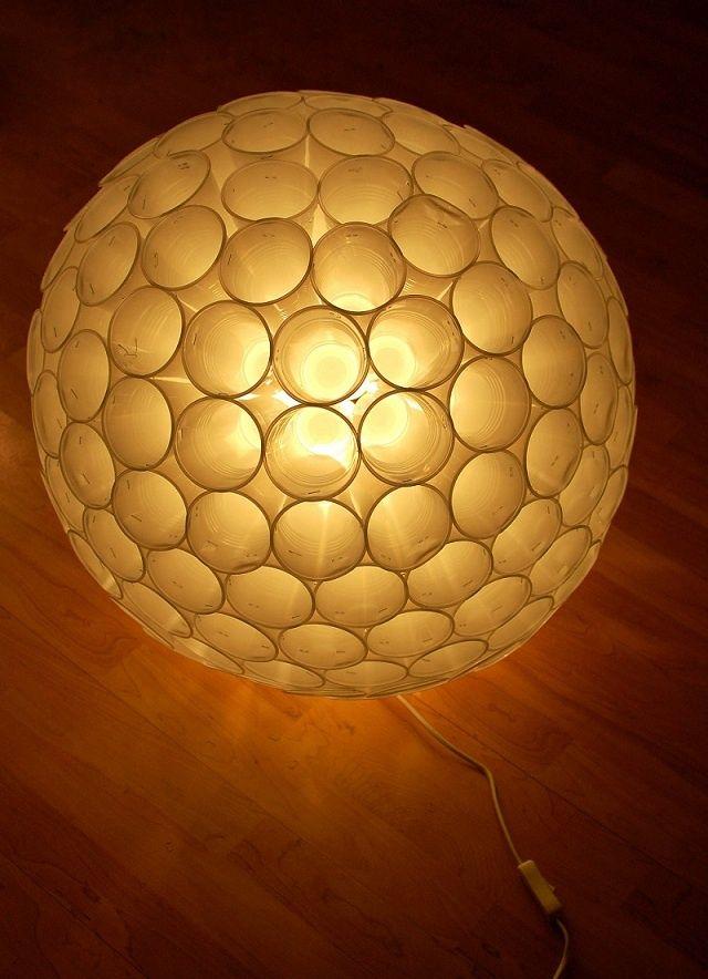 een lamp van plastic bekers